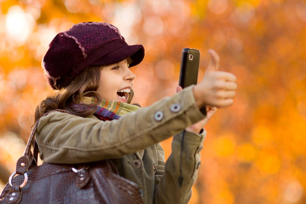 garota fotografando celular