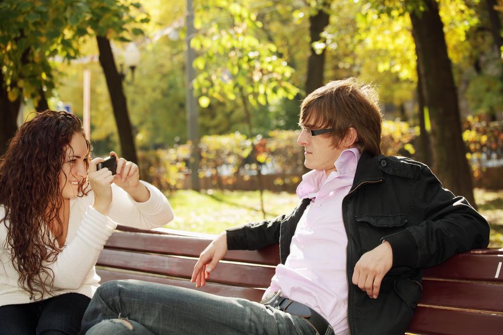 garota fotografando garoto celular