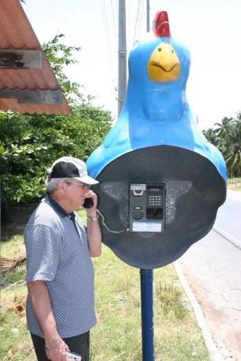 Alô Quer ver os diferentes telefones públicos pelo mundo Porto de Galinhas