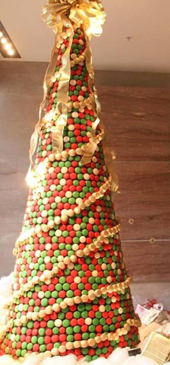 Veja a árvore de Natal montada com 8 mil doces!