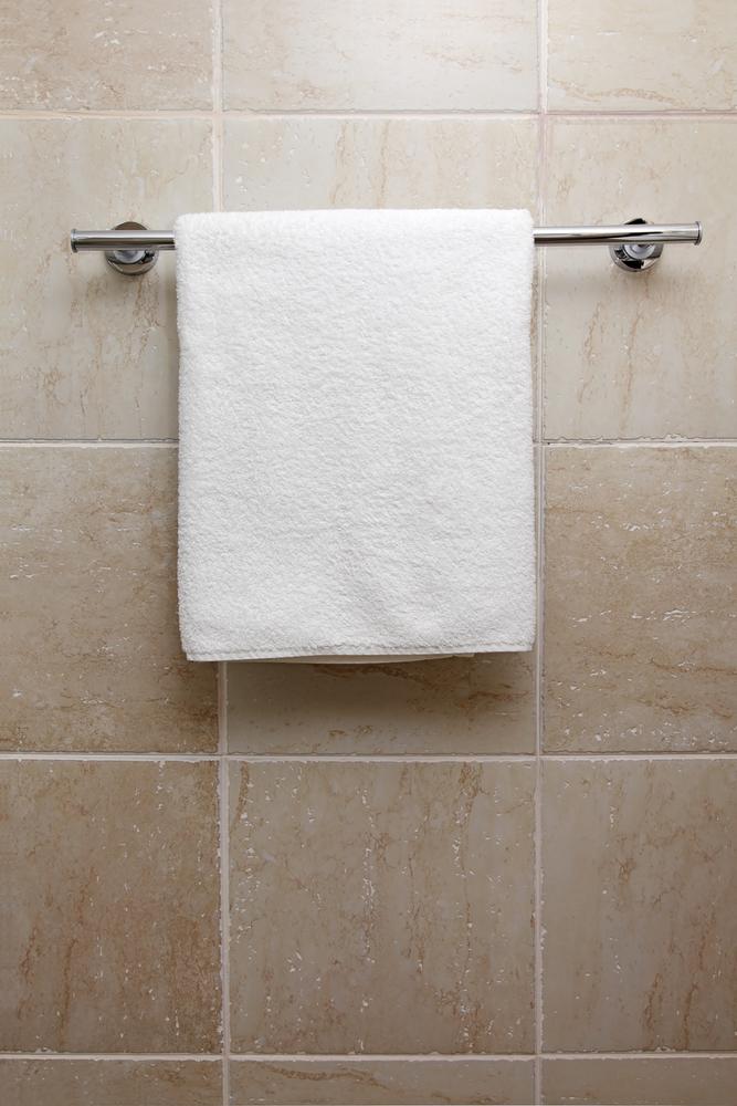 toalha-pendurada-no-banheiro