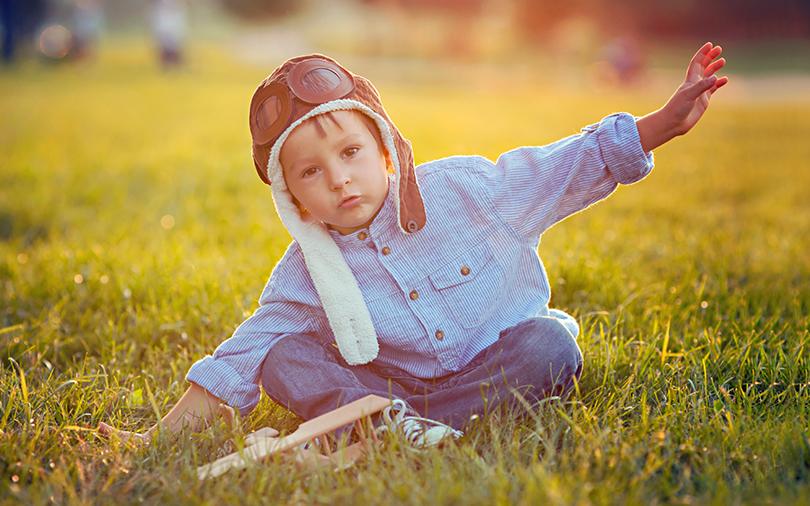 Criança imitando um avião