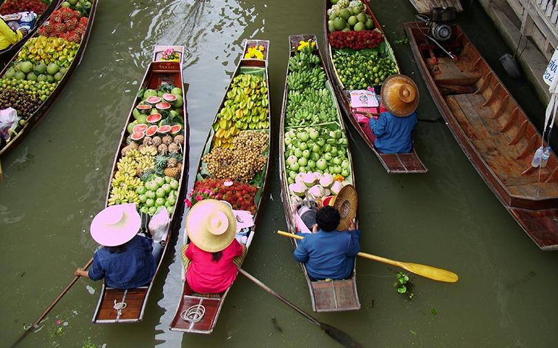mercado flutuante de frutas na tailandia