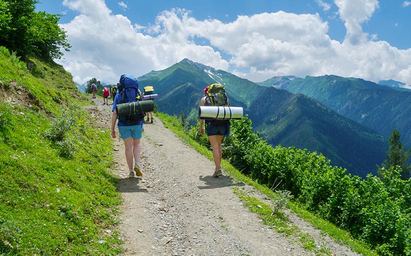 Pessoas fazendo trilha numa viagem de aventura.