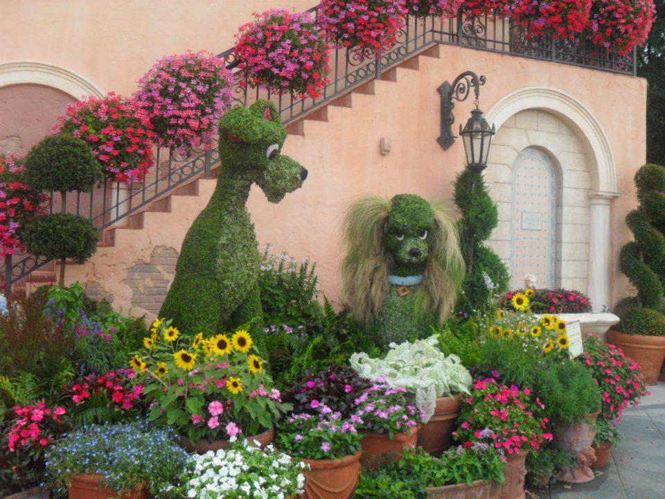 A Dama e o Vagabundo esculpidos em arbustos na Disney.