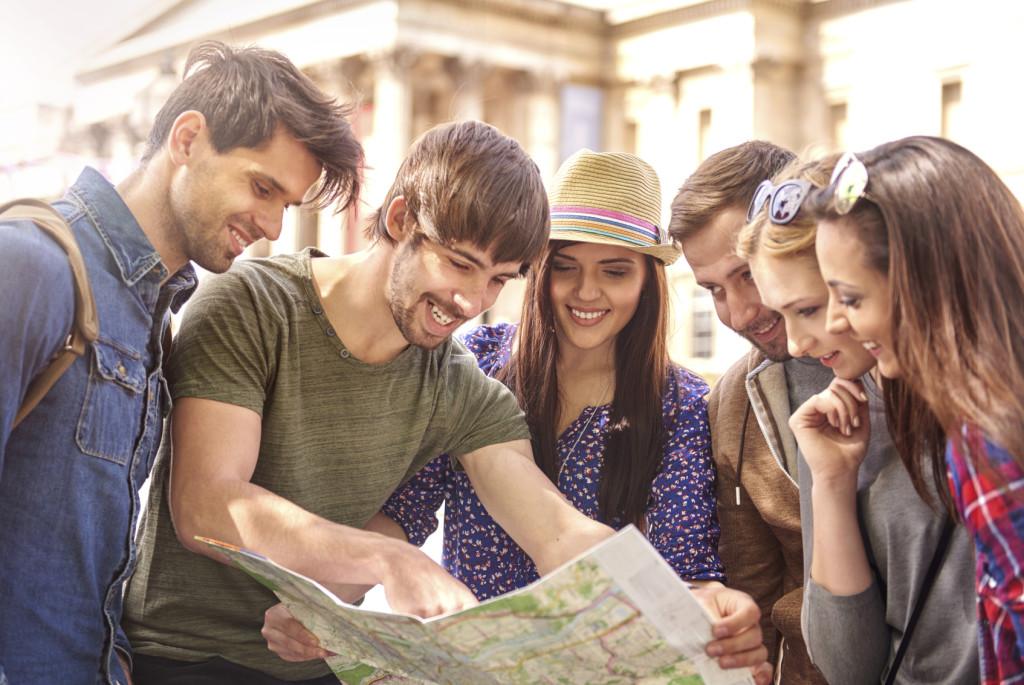 amigos-viajante-olhando-mapa